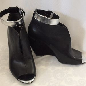 Kenneth Cole black leather Broome wedge bootie